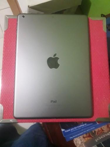 Apple IPad Air MD785LL/B + Charger