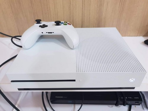 FAILY NEW XBOX ONE S 1TB