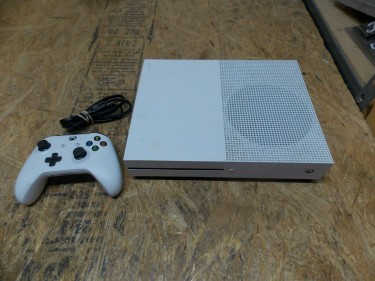 Xbox One S 1TB HDD,USE LIKE NEW INCLUDES FIFA 19