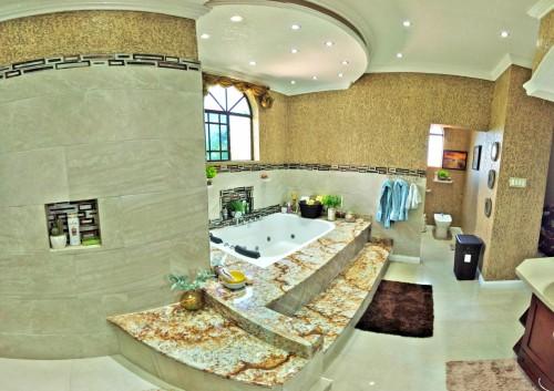LUXURIOUS 4 BEDROOMS 5 BATHS RUNAWAY BAY ST ANN