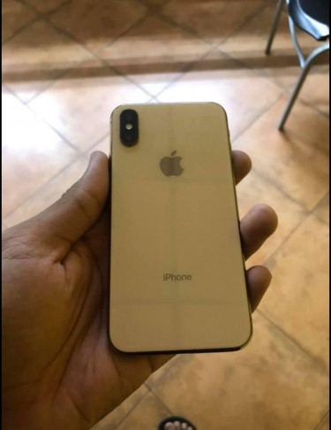 265 GB Apple IPhone XS (With Slight Airline Crack)