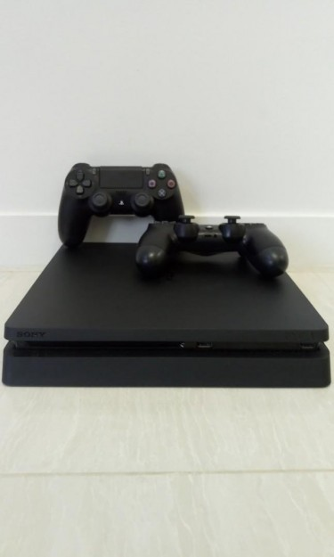 Sony PlayStation 4 + 2 Controllers + Games