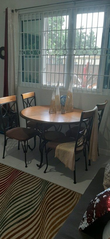 DEAL!! Like New 4-seater Dining Table