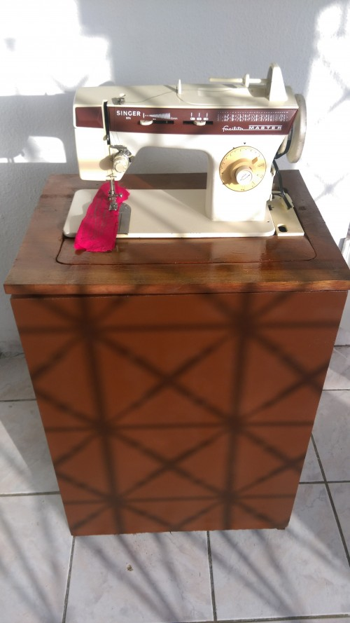 Singer Sewing Machine With Cabinet