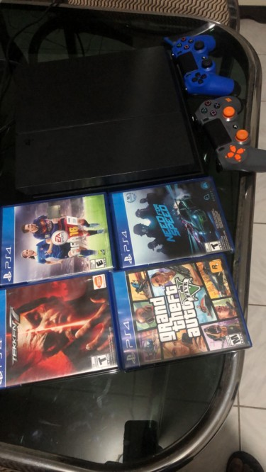 PlayStation 4 With Cds  & 2 Controller